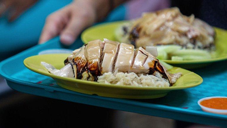 Chicken Rice е хамбургерът на Сингапур. Състои се от ориз и бяло месо, основно пилешко, завити с резени краставица и полети в много чесън и чили сос. На снимката е по-официална версия, но Chicken Rice обикновено се продава по улици