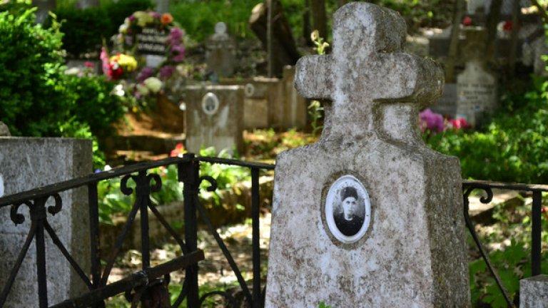 Един от многото стари гробове в гробището на Граматиково.