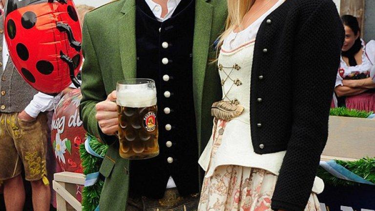 Железният Бастиан Швайнщайгер и ослепителната му половинка Сара се включиха в купона.