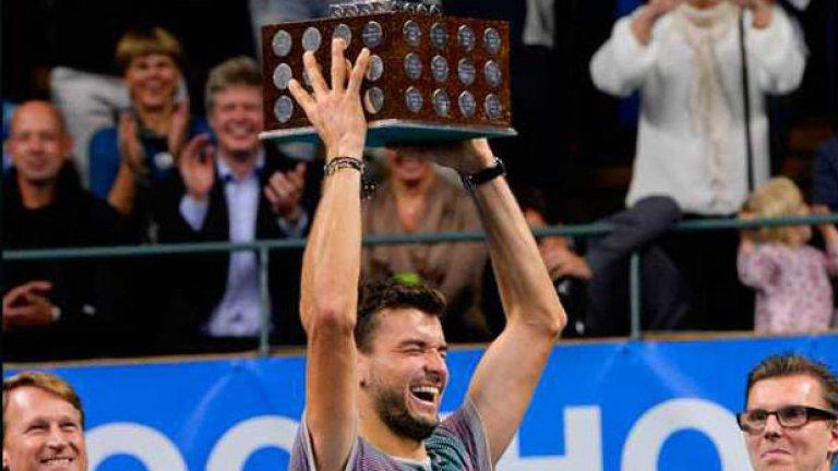 Димитров трудно си събираше усмивката на награждаването, аплодиран от залата.