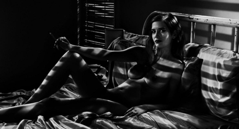Sin City 2: Жена, за която да убиеш Естетиката е ясна. Историята объркана. Едно е сигурно, във втората част на ноар комиксовата истерия Ева Грийн играе именно фаталната жена, за която да убиеш. Тя е секси, красива, зла и мистична. Освен това е гола и изящна като статуетка.