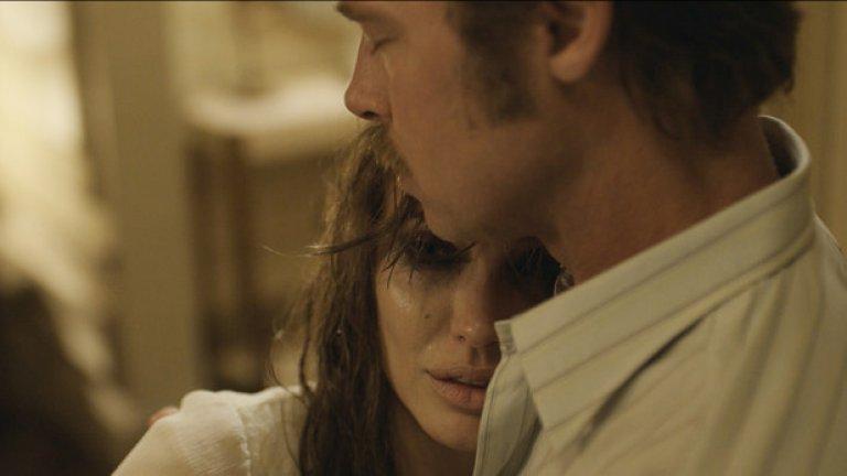 """By the Sea  Премиера за САЩ: 13 ноември  Брад Пит и Анджелина Джоли отново са в един и същи филм след """"Мистър и мисис Смит"""", което е достатъчно, за да предизвика многомилионно вълнение. Този път обаче става въпрос за семейна драма, написана и режисирана от Джоли, която все повече се налага като автор след миналогодишния си филм """"Несломим"""".   Тук двете звезди играят обикновени хора, чийто брак се разпада. Те са все по-отчуждени един от друг и когато отпътуват заедно на едно изолирано място, се оказват все по-близки с неговите обитатели – в сюжет, който на моменти шокиращо напомня българския """"Островът"""" на Камен Калев."""