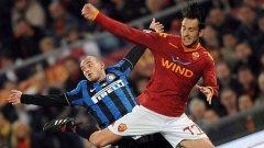 """Уесли Снайдер и Марко Касети във въздушен двубой в последната среща между Интер и Рома за първенство, завършила 2:1 за """"вълците"""""""