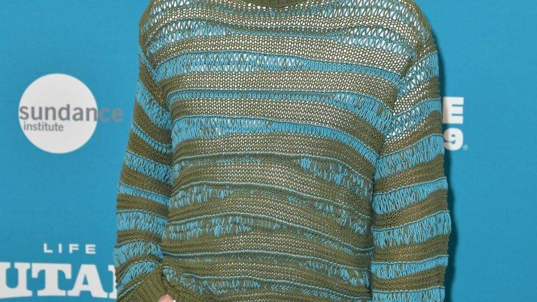 """И стигаме до Джейк Джиленхол, който по принцип е пич. Нищо обаче не обяснява този пуловер, с който Джейк сякаш се опитва да косплейва Аквамен, а освен това се слива и с фона на стената на славата на фестивала """"Сънданс"""". Но с оглед на това, че става дума за фестивал за независимо кино, вероятно си е казал, че ще се облече възможно най-""""инди""""."""