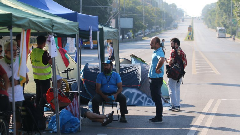 Демонстрантите са чули слухове, че ще бъде направен опит палатковият лагер да бъде премахнат в късния следобед