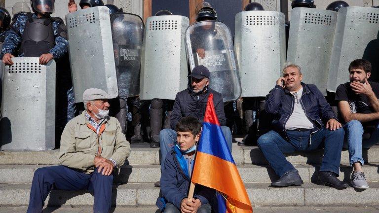 Протестиращи срещу арменския премиер нахлуха в министерство
