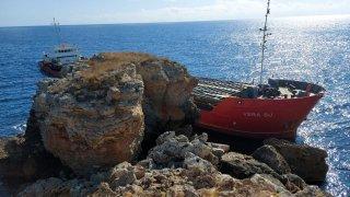 Торове от заседналия кораб падат в морето при операцията