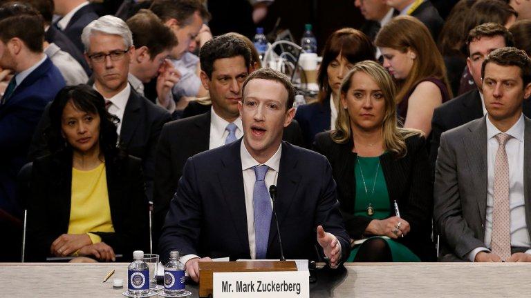 Марк Зукърбърг На фона на всички скандали с изтичане на данни от социалната мрежа Facebook, съвсем нормално е главният изпълнителен директор на компанията да попадне тук.