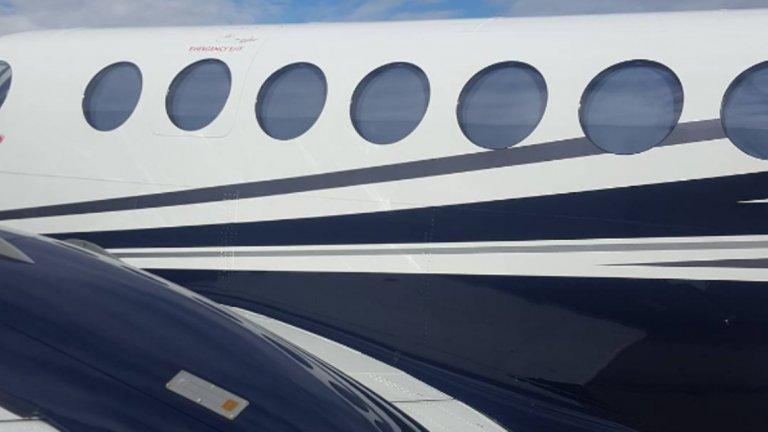 Пътуваш с частни самолети.