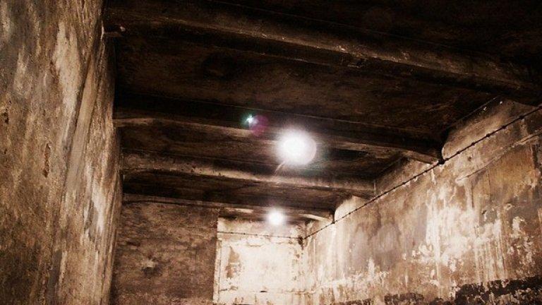 В газовите камери не е имало нужда от специално оборудване. В празната стая са вкарвани голи хора, за да бъдат убити. Газовата камера до крематориум 1 в основния лагер е единствената, която не е унищожена от нацистите при напускането на Аушвиц.