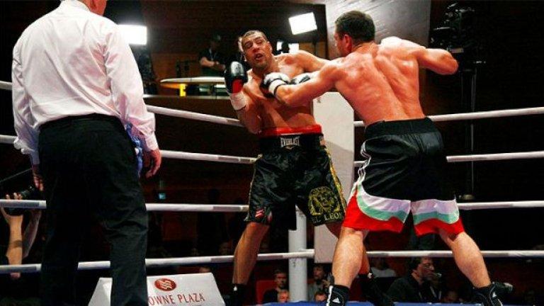 """Кубрат Пулев спечели първата българска титла в професионалния бокс - на Международната Боксова Федерация в тежка категория, след като победи в 12 рунда американеца Травис Уокър. Годината бе успешна и за по-малкия му брат Тервел, който спечели турнира """"Странджата"""""""