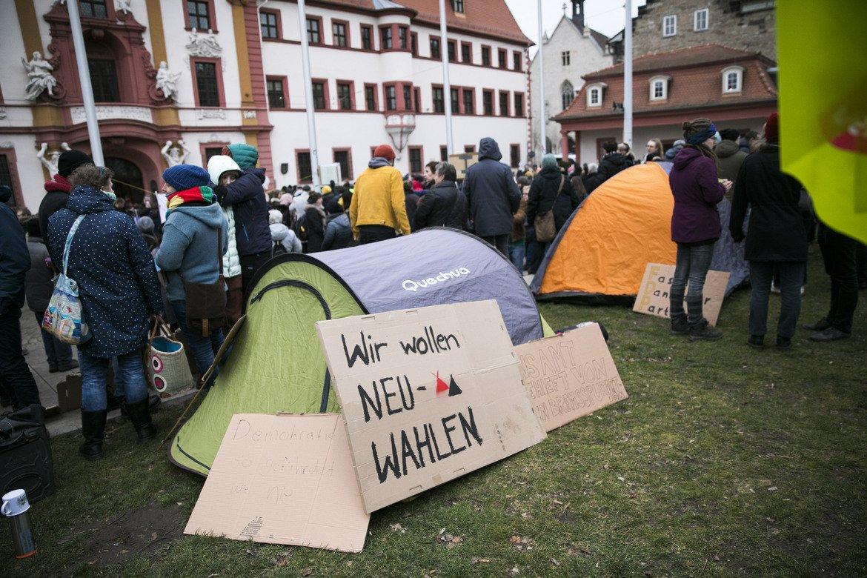 Новината, че премиерът на провинция Тюрингия е избран с гласовете на крайнодясната Алтернатива за Германия (AfD) разпали протести в големите градове на страната.