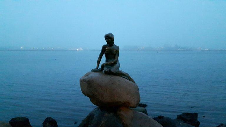 ...и, естествено, със статуята на Малката Русалка