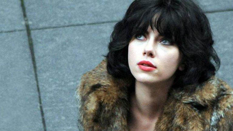 """""""Under The Skin""""/""""Под кожата""""(4 април) На режисьора Джонатан Глейзър отне девет години, за да създаде този сай-фай трилър, но чакането си заслужаваше.  Главната героиня, изиграна от Скарлет Йохансон, е извънземна съблазнителка, която дебне по улиците на Шотландия за жертви. Тя се движи наоколо в голям, тъмен ван, в който прибира мъже от улиците преди да ги одере и потопи в течна бездна. Повечето от сцените, в които Йохансон заговаря мъже от вана си са заснети с истински хора, при използване на скрити камери, с което се постига определено натуралистичност."""