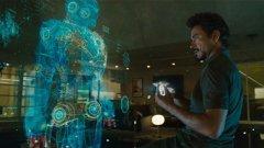 """Железният човек 2008-2013  Във филма: Лабораторията на Тони Старк е пълна с устройства, които да си пожелаеш, но нищо не е по-впечатляващо от персоналния асистент J.A.R.V.I.S. Всеки, гледал филмите, помни интерфейса и холографичните периферии на J.A.R.V.I.S., които Тони Старк управлява с ръце и които изпълняват всяко негово искане (за разлика от """"Специален доклад"""", тук не са нужни ръкавици).  В реалността: Очевидно J.A.R.V.I.S. е това, в което персоналният асистент на Apple Siri иска да се превърне. Съвсем отделно, шефът на Space X Илон Мъск развива идеята си за създаване на виртуално работно пространство подобно на лабораторията на Старк. Преди две години той показа как създава дизайн за ракетни части на компютъра си с ръце, използвайки Leap Motion като контролер и Oculus Rift. В различни точки от света инженери и интерфейс дизайнери мислят начини, по които хората да взаимодействат с компютрите и дигиталните устройства по по-естествен начин."""