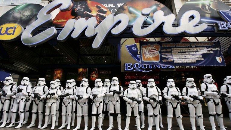 """10) Премиерата  Снимките по филма приключиха на 17 октомври, като по план продукцията трябва да бъде готова за излъчване на 25 май 2018 г. Всъщност тогава се навършват 41 години от премиерата на """"Нова надежда"""" - първият епизод от Star Wars, в който се появява героят Хан Соло."""