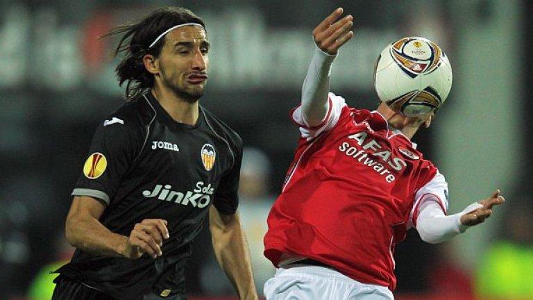 Мехмет Топал и Мартен Мартенс се разписаха по веднъж за Валенсия и Алкмаар в първия мач, завършил 2:1 за холандците