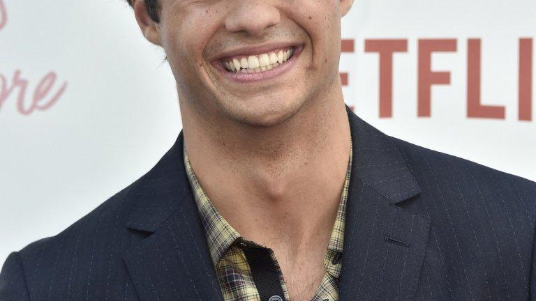 """9. Ноа Сентинио  22-годишният актьор не е така добре познат у нас, както отвъд Океана, но звездите – не тези в Холивуд, а онези в небето - определено се нареждат в негова полза. През 2018-а той участва в два хита на Netflix - To All the Boys I've Loved Before и Sierra Burgess Is a Loser. След това си подсигури и роля в римейка на """"Ангелите на Чарли"""", който ще се появи на екраните през 2019 г. За момента играе типичните роли на симпатичния младеж, по който тийнейджърките да въздишат, но това понякога също е гаранция за успех."""