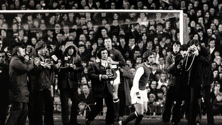 """Още един рекорд бе счупен, когато Алън Бол премина от Евертън в Арсенал срещу 220 хил. паунда през декември 1971-а. Бол прекара 5 години при """"карамелите"""" преди да отиде към столицата. Дебютира срещу Нотингам Форест. Тази снимка е преди мача на Арсенал срещу бившия му клуб - Евертън на 1-и януари 1972-а."""
