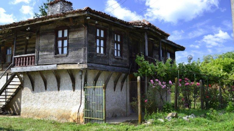 """Село Бръшлян е увековечено със старото си име Сърмашик в странджанския химн """"Ясен месец"""". През 1982 г. селото е обявено за архитектурен резерват и много от старите къщи са реставрирани."""