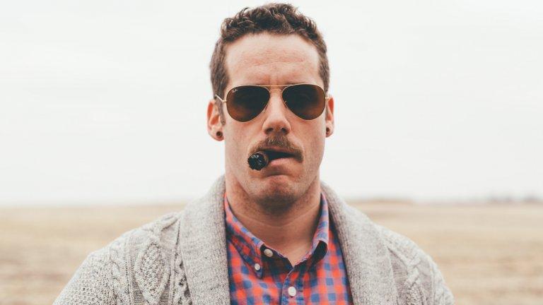 """Авиаторски стилАко има слънчеви очила, които могат да бъдат наречени """"легендарни"""", то това са този бъбрековиден чифт, който е любим на Маверик от """"Топ Гън"""". Формата на тези очила подхожда на почти всеки тип мъжко лице и като че ли никога няма да излезе от мода."""