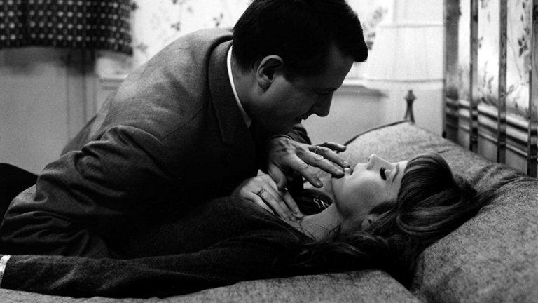 """Нежна кожа Франсоа Трюфо, ярък представител на новата вълна във френското кино, е един от режисьорите, в чието кино ще откриете темата за изневярата, разказана по много начини - от най-невинния до най-жестокия. Този филм е от вторите. Мъж започва афера със стюардеса, като все повече се отдалечава емоционално от жена си. Напрежението расте дотам, че той се поставя, абсолютно сам, между чука и наковалнята. Изборът между двете жени става неизбежен, но тъй като решението от негова страна се забавя, едната жена го изоставя, а другата му отмъщава. Финалът на """"Нежна кожа"""" е смущаващ и изненадващ. Това е един от най-хубавите, напрегнати и емоционални филми на Трюфо и е доказателство, че киното, което режисьорът създава, е актуално и великолепно дори и днес."""