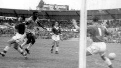 """На 17 г. и 230 дни Пеле е най-младият голмайстор на световни първенства. На Мондиал 1958 бразилската легенда поставя още два рекорда, които са """"живи"""" и до днес - за най-млад футболист с хеттрик - на полуфинала срещу Франция - и за най-млад голмайстор във финал - при победата с 5:2 над Швеция."""