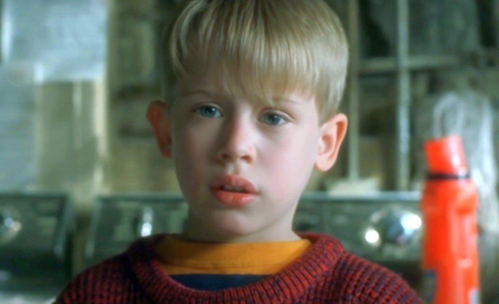 """Кевин е призрак  За финал споменаваме тази теория, просто защото е дяволски абсурдна. Според нея Кевин е мъртъв, просто не го знае. Малко """"Шесто чувство"""", а? Вместо това 8-годишният Каспър обикаля къщата и с присъствието си смущава близките си. Обяснението зад теорията - не особено логично - е, че това е причината цялото семейство да го мрази и да го обижда."""
