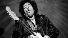В галерията разглеждаме историите на шест неслучили се албума на музиканти, които не се нуждаят от представяне:Джими Хендрикс – Black Gold (1970)  В началото на 1970 г., китарният идол се заема да напише музика, която излиза извън рамките на конвенционалния рокендрол. Един ден той грабва акустичната си китара и записва сюита от 16 песни на няколко касети.  Надписва ги като Black Gold и ги дава на барабаниста на The Jimi Hendrix Experience Мич Мичъл, за да мисли той по барабаните за предстоящите студийни записи. За съжаление Хендрикс умира преди да има възможност да развие проекта, а касетите остават у Мичъл – забравени в продължение на две десетилетия.  През 1992 г. Мичъл преоткрива записите. Оказва се, че шест от песните на тях вече са довършени и издадени в албуми и колекции след смъртта на легендата, но останалите девет са уникални за Black Gold и ги няма никъде другаде.   През 2010 г. притежателите на правата на Хендрикс казаха, че ще издадат Black Gold в някой момент през миналото десетилетие. Но досега се появи само първата песен, Suddenly November Morning.