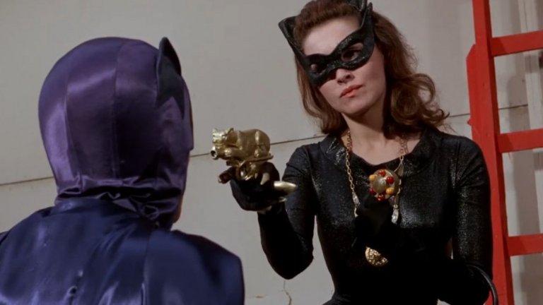 """Джули Нюмар (сериалът """"Батман"""", 1966 г.)  Връщаме се десетилетия назад. В средата на 60-те Жената котка е сред злодеите, срещу които Батман (Адам Уест) се изправя в телевизионния сериал Batman - един много по-детски и несериозен поглед към комиксовия персонаж. В първите му два сезона ролята изпълнява актрисата Джули Нюмар."""
