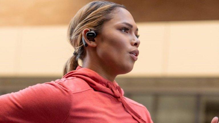 Bose Sport Open слушалкиОт Bose обещават безкомпромисен звук, но подчертават, че тези слушалки нямат амбицията да ви изолират напълно от околния свят. За разлика от конкурентите си, които наблягат на пълното шумоизолиране, компанията залага на иновативна функция, която все пак допуска околните звуци до слуха ви. Освен това слушалките са подсигурени с удобно захващане към ухото, с което забравяте страха да не изпаднат някъде.