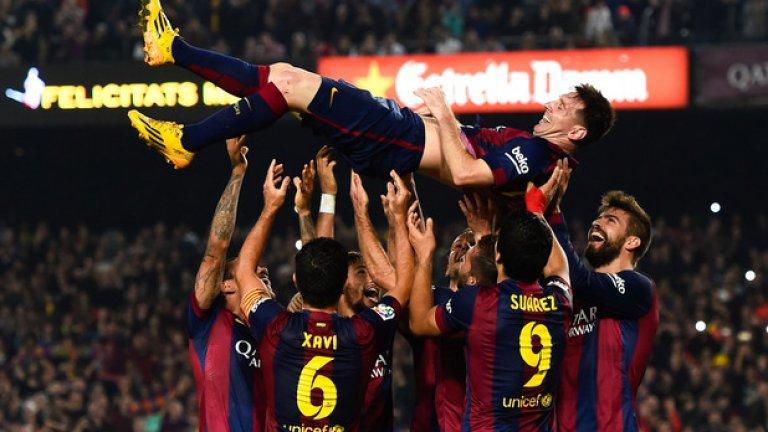 С три гола срещу Севиля Меси вече е №1 сред голмайсторите в историята на испанския футбол. След мача съотборниците му го хвърляха във въздуха в чест на рекорда.