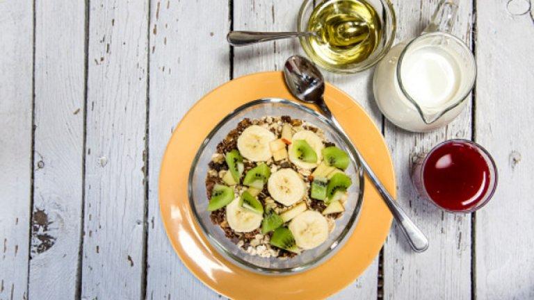 Сироп от агаве   Преди години доста защитници на здравословното хранене твърдяха, че трябва да заменим захарта с агаве - защото то има нискогликемичен индекс и не предизвиква неочаквани пикове на глюкозата в кръвта, както обикновената бяла захар.   Агавето действително има ниско съдържание на глюкоза. Оказва се обаче, че в него се крие друг тип подсладител - фруктоза. От последните изследвания става ясно, че високофруктозните диети могат да причинят редица здравословни проблеми, включително сърдечно-съдови заболявания.   В крайна сметка, не е важно какъв тип подсладител използвате, а какво количество приемате. Захарта си е захар.