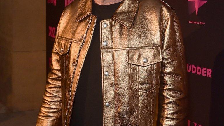 """Никълъс Кейдж е олицетворение на това що значи лош избор. И не, не говорим за филмите му (макар че и там ситуацията е сходна), а за някои от модните му решения. Доказателството е това златисто кожено яке, което със сигурност не крещи """"Аз съм улегнал 55-годишен мъж"""". Пръстените и червените очила само допълват визуалното послание, че се чувства по-млад.  А да не забравяме, че според слуховете готви и четвърта сватба за жена, на която спокойно може да бъде баща. Класическа криза на средната възраст!"""