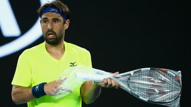 """4. Една, две, три, четири! Маркос Багдатис бе глобен със само 800 долара за избухването си на Australian Open 2012, но най-вероятно е платил много повече за екипировка, след като счупи цели четири ракети. Две от тях дори не бяха разопаковани. """"Четири ракети? Уау, това е впечатляващо!"""", коментира тогава не кой да е друг, а самата Серина Уилямс."""
