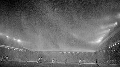 """1984 г. На """"Анфийлд"""" под пелена от дъжд Ливърпул бие Бенфика с 3:1 в реванш за Купата на шампионите (3 гола на Йън Ръш)."""