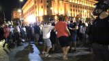 Група демонстранти се опита да изгради жив щит между агресивни протестиращи и полицията
