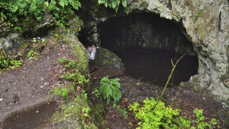 През 1981 г. на това място в подножието на странджанския връх Градище започва тайнствена операция, която има за цел да разкрие гробницата на египетската богиня Бастет. Точното местоположение на обекта е посочен от Ванга, а покровител на експедицията е самата Людмила Живкова. По-късно същата година тя умира при загадъчни обстоятелства…