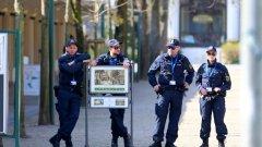 Полицаите от Берлин са били настанени във фургони на територията на казарма в Бад Зегеберг, на североизток от Хамбург. През последните две седмици в Хамбург са дислоцирани три бригади с обща численост от 220 души - мъже и жени - работещи за берлинската служба