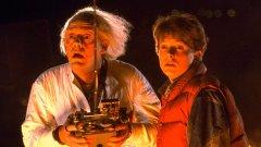 """Back to the Future/ """"Завръщане в бъдещето""""  Има много и различни класации за големи комедии, но колкото и субективни да са те, винаги и неизменно в тях на челните места присъства Back to the Future. Няма как и да бъде иначе, просто защото всеки един момент и всеки един елемент от този филм има абсолютно култов статус - от легендарния пътуващ във времето DeLorean до самозавързващите се кецове на Марти Макфлай или прическата на д-р Емет."""