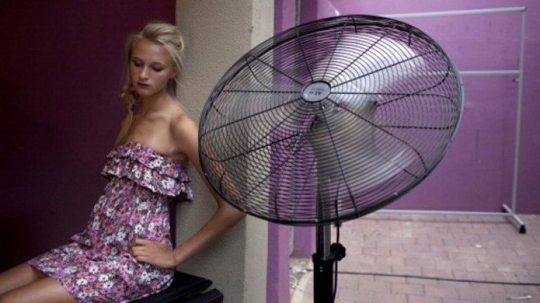 Въпреки че климатиците са много по-удобни, здравословният избор е вентилаторът. Бъдете сигурни, че в най-горещите часове на деня сте вътре на хладно, освен ако наистина нямате много спешна работа навън.