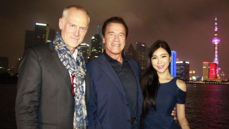 """Арнолд Шварценегер, режисьорът Алан Тейлър и китайската актриса Бети Чжоу промотират филма """"Терминатор: Генезис"""" в Шанхай. Скъпата продукция се представи зле на местна почва и именно китайският бокс офис я спаси от финансов провал"""