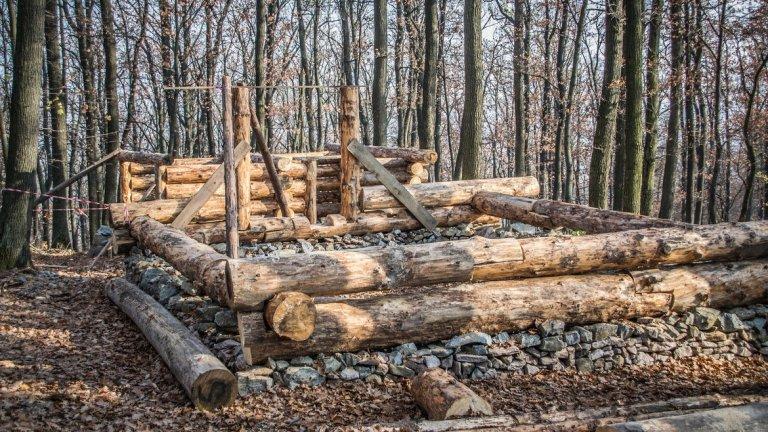 Дървена хижа в процес на строеж