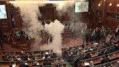 Депутат от опозицията хвърли сълзотворен газ