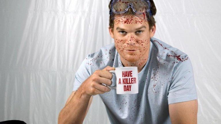 """Декстър Морган, Dexter Много преди Ханибал Лектър и Норман Бейтс да намерят път към малкия екран, онези които обичат психопати и истории за тях, трябваше да се задоволят с един качествен сериал и това е """"Декстър"""". Декстър Морган, за разлика от останалите участници в тази приятна и пъстра селекция, знае, че не е нормален. Той обича да наранява хора и животни и не го крие.  Поне не от себе си. От малък Декстър е различен и неговият баща забелязва това. Затова и му измисля кодекс, по който Декстър може да задоволява своите нужди и въпреки това да бъде полезен на обществото. Декстър Морган е телевизионен оксиморон – той е сериен убиец през нощта и криминалист на пълен работен ден през деня."""