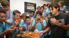 Швейцарският тенисист Роже Федерер не се притеснява да похапва пица с ръце...