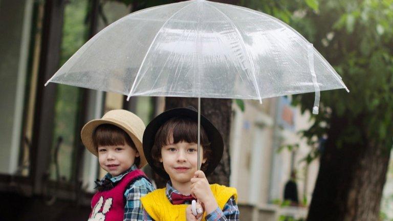 """Детските чадъри  Всички тези съвети важат и при избора на детски чадъри. Търсете висококачествени материали и имайте предвид дали ще го носите вие, когато не вали, дали детето ще мине дълго разстояние с него и дали ще трябва да го прибира в тежка ученическа раница, без да намокриучебниците си.    А иначе за живота на чадъра може да допринесете и вие самите. Когато е мокър, го оставете да изсъхне преди да го затворите и приберете. След като изсъхне обаче го свийте, за да си """"отпочива"""" платът. Добрите чадъри могат да се перат (на ръка разбира се), без да имате чувството, че ще потрошите спиците."""