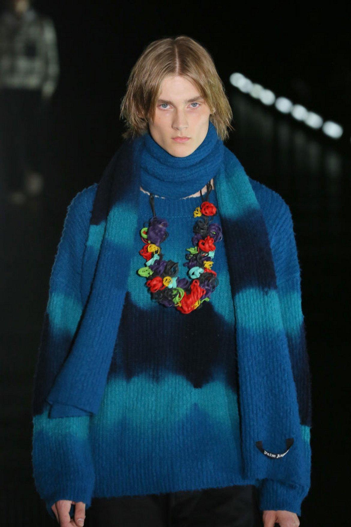 Мозаечно синьо (Mosaic Blue)  Този нюанс на синьото излъчва изтънченост и класа. Освен това се съчетава лесно с по-ярките пролетни цветове.   Модел от мъжката колекция на Palm Angel, представена в Милано на Седмицата на модата през юни 2019 г.