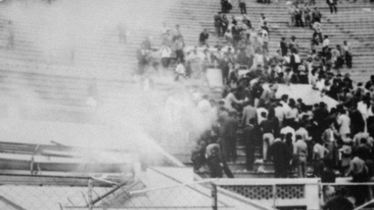 10. Перу срещу Аржентина, май 1964  Това е една от най-трагичните срещи в историята на футбола.  Перу са на косъм от класиране за Олимпийските игри, но в края на квалификацията аржентинците изравняват. В пристъп на ярост двама от феновете на домакините нахлуват на терена.  Един от тях бива брутално пребит от полицай, като това поражда реакцията на цялата публика. Феновете започват да мятат димки, полицията отвръща със сълзотворен газ.
