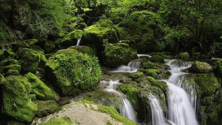 """Вазова екопътека и водопад СкакляТова е може би един от най-популярните маршрути за разходка в района на Искърското дефиле. Неслучайно - районът е близо до София, пътеката е добре развита и гледки се откриват често (според легендите там именно Вазов е намерил вдъхновение за """"Дядо Йоцо гледа""""). Изходната точка е гара Бов, до която се стига с кола и влак, а пътят нагоре - около час и половина. За жалост водопадът е непостоянно течащ, но ако имате късмет, гледката ще бъде като на снимката - истинска награда за леката умора след ходенето."""
